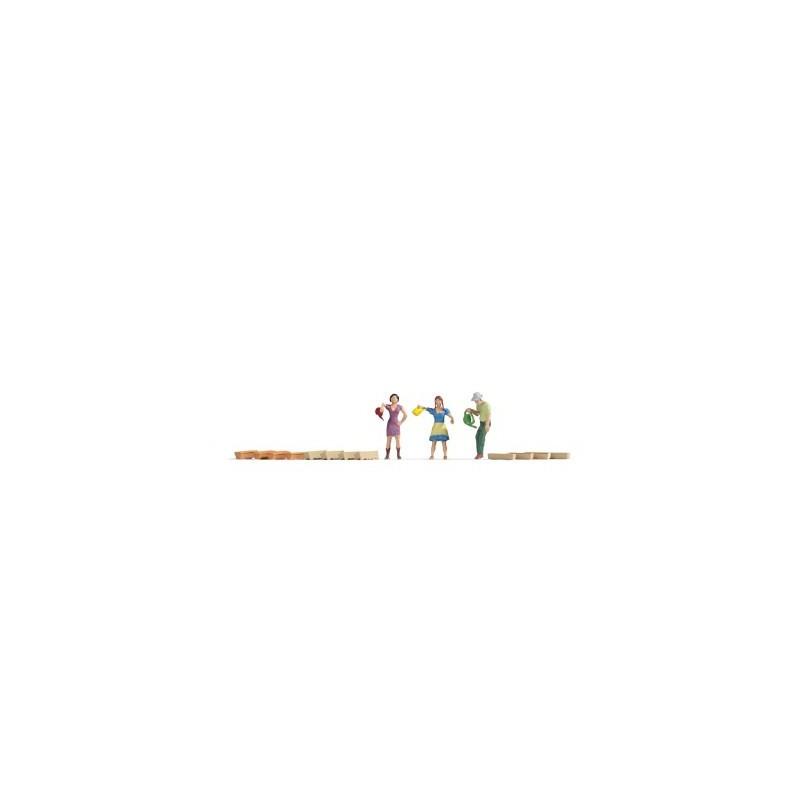 3 WATERING GARDENERS + 12 GARDENERS, HO SCALE, BY NOCH 15570